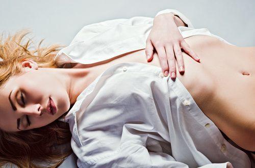 sedurre indossando una camicia bianca
