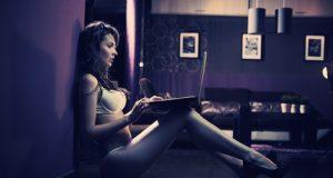 Donna cerca un'altra donna su Internet